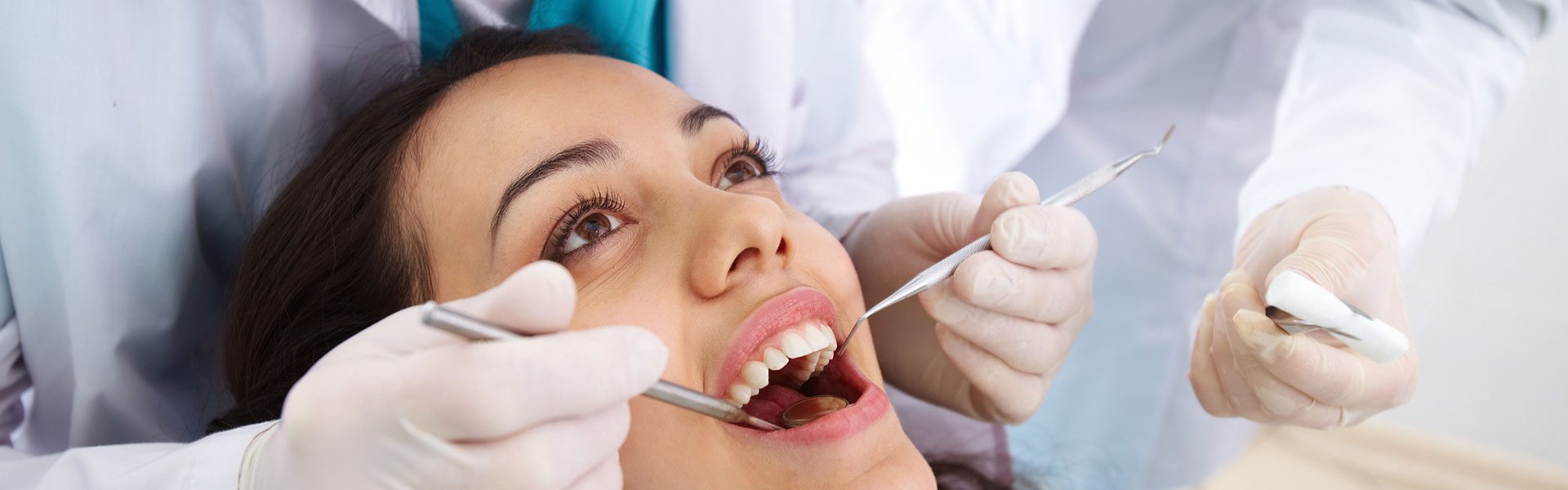 A woman is having a dental sugary at the dental